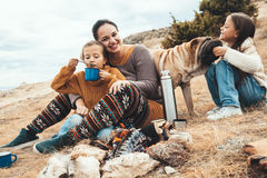 Famille avec le chien dans la hausse d'automne photographie stock libre de droits