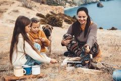 Famille avec le chien dans la hausse d'automne photos libres de droits