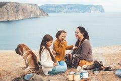 Famille avec le chien dans la hausse d'automne photographie stock