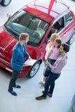 Famille avec le concessionnaire automobile photo libre de droits