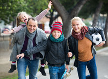 Famille avec le fils et la fille photographie stock