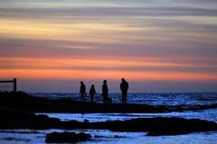 Famille avec le fond de coucher du soleil Images libres de droits