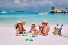 Famille avec le gar?on trois an sur la plage image stock