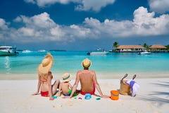 Famille avec le gar?on trois an sur la plage photos libres de droits