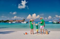 Famille avec le gar?on trois an sur la plage photographie stock libre de droits