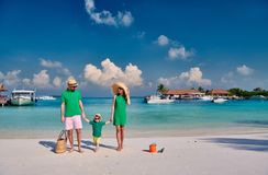 Famille avec le gar?on trois an sur la plage photo stock