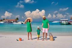 Famille avec le gar?on trois an sur la plage photos stock