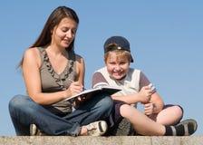 Famille avec le livre images libres de droits