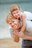 Famille avec le père et la fille à la plage Photographie stock libre de droits