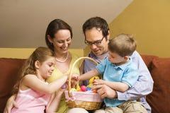 Famille avec le panier de Pâques. Image libre de droits