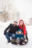 Famille avec le petit fils dehors Photos libres de droits