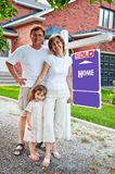 Famille avec le signe à la maison vendu Photographie stock libre de droits