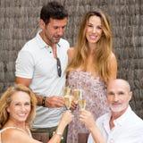 Famille avec les enfants pluss âgé soulevant des verres Photos stock