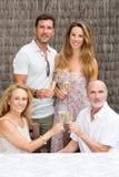 Famille avec les enfants pluss âgé soulevant des verres Image libre de droits