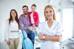 Famille avec un jeune dentiste de sourire photographie stock libre de droits