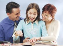 Famille avec un livre Images libres de droits