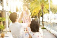 Famille ayant l'amusement à la station de vacances extérieure Photographie stock