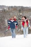 Famille ayant l'amusement dans la neige images libres de droits