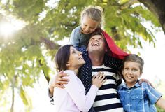 Famille ayant l'amusement dans le stationnement photographie stock libre de droits