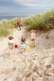 Famille ayant l'amusement des vacances de plage photographie stock libre de droits