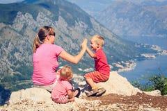 Famille ayant l'amusement des vacances en montagnes Images stock