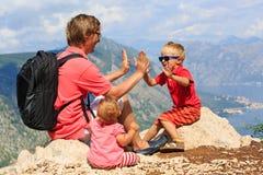 Famille ayant l'amusement des vacances en montagnes Image stock