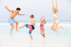 Famille ayant l'amusement en mer des vacances de plage Images stock