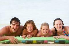 Famille ayant l'amusement en mer sur le matelas pneumatique Photo stock