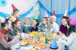 Famille ayant l'amusement pendant la fête d'anniversaire de children's Photographie stock
