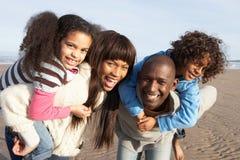 Famille ayant l'amusement sur la plage de l'hiver Photographie stock libre de droits