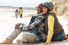 Famille ayant l'amusement sur la plage de l'hiver Photo libre de droits