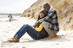 Famille ayant l'amusement sur la plage de l'hiver Photos libres de droits
