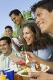 Famille ayant la nourriture sur un pique-nique Photos stock