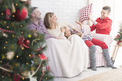 Famille ayant le combat d'oreiller photos libres de droits