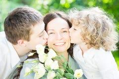 Famille ayant le pique-nique à l'extérieur image libre de droits