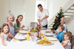 Famille ayant le repas de Noël à la table de salle à manger images stock