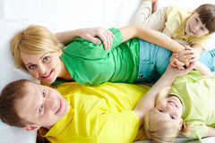 Famille ayant le repos image stock