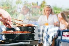 Famille ayant un barbecue Photo libre de droits