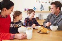 Famille ayant un bol de soupe pour le déjeuner Image libre de droits