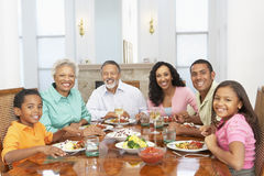 Famille ayant un repas ensemble à la maison photos libres de droits