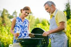 Famille ayant une partie de barbecue Photo libre de droits
