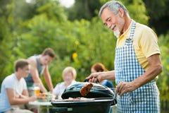Famille ayant une réception de barbecue Photos stock