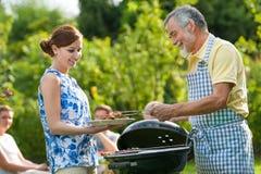 Famille ayant une réception de barbecue Photo libre de droits