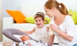 famille bébé nouveau-né de mère et d'enfants et grande soeur Images stock
