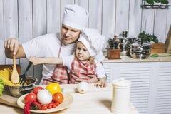 Famille, beau papa de fille à la maison la cuisine riant et Photo libre de droits