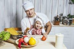 Famille, beau papa de fille à la maison la cuisine riant et Photos stock