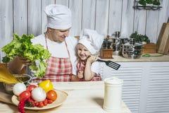 Famille, beau papa de fille à la maison la cuisine riant et Image stock