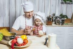 Famille, beau papa de fille à la maison la cuisine riant et Photographie stock libre de droits