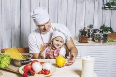 Famille, beau papa de fille à la maison la cuisine riant et Photos libres de droits