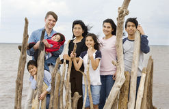 Famille Biracial ensemble à la plage en été Photo stock
